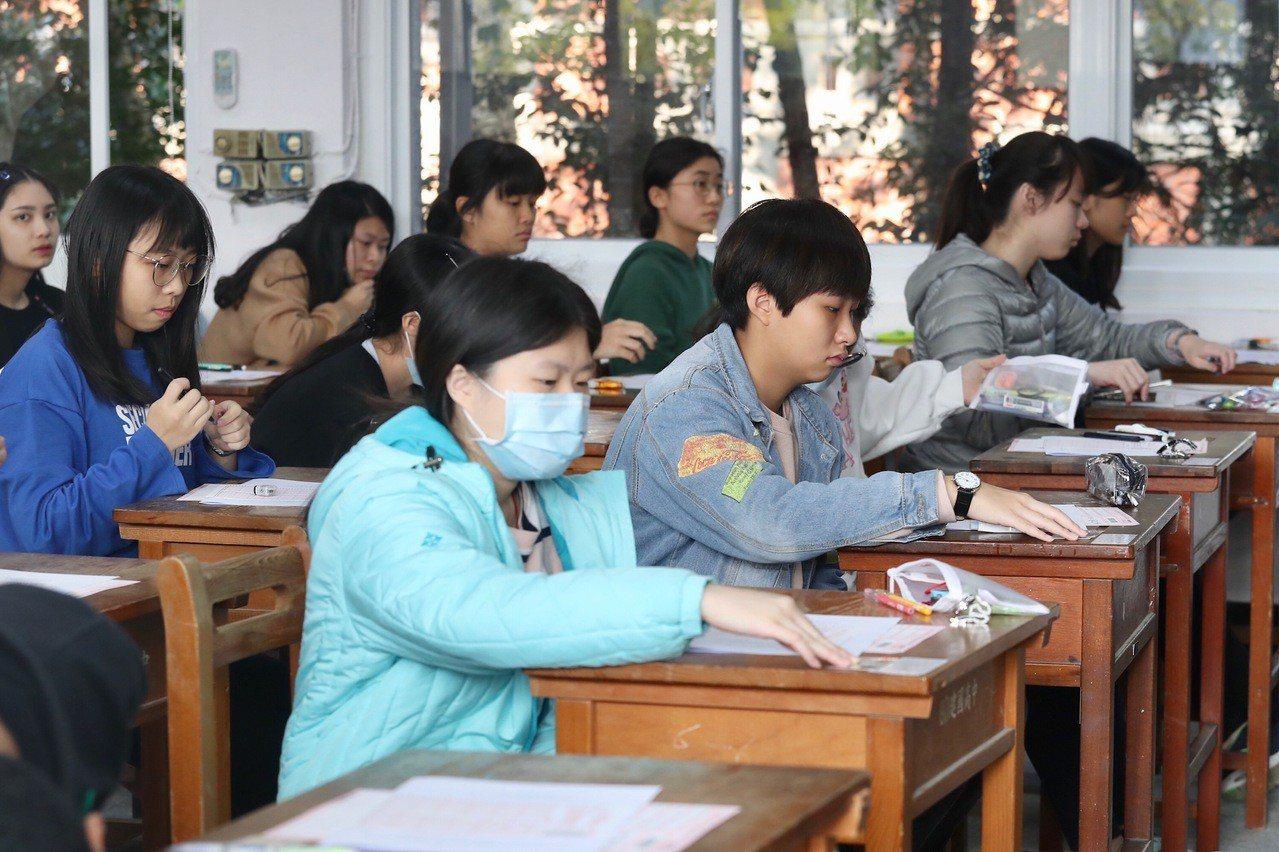 大學入學考試中心舉辦的108學年學科能力測驗25日登場,上午考英文,考試時間為1...