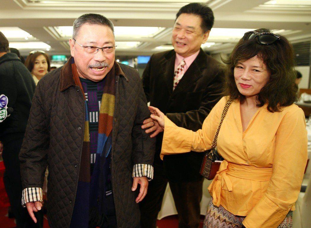 演藝公會理事長康凱(中)和夫人曹雨婷(右)在門口迎接資深藝人陳松勇(左)等人。記