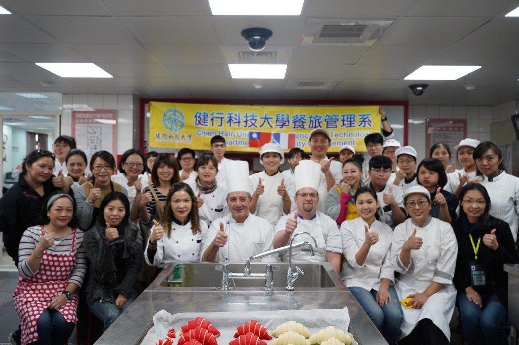 合照。翻譯林鳳蓁小姐(前排左二起)、楊舒涵主任、亞蘭. 卡慕斯、吉爾. 布黑爾、...