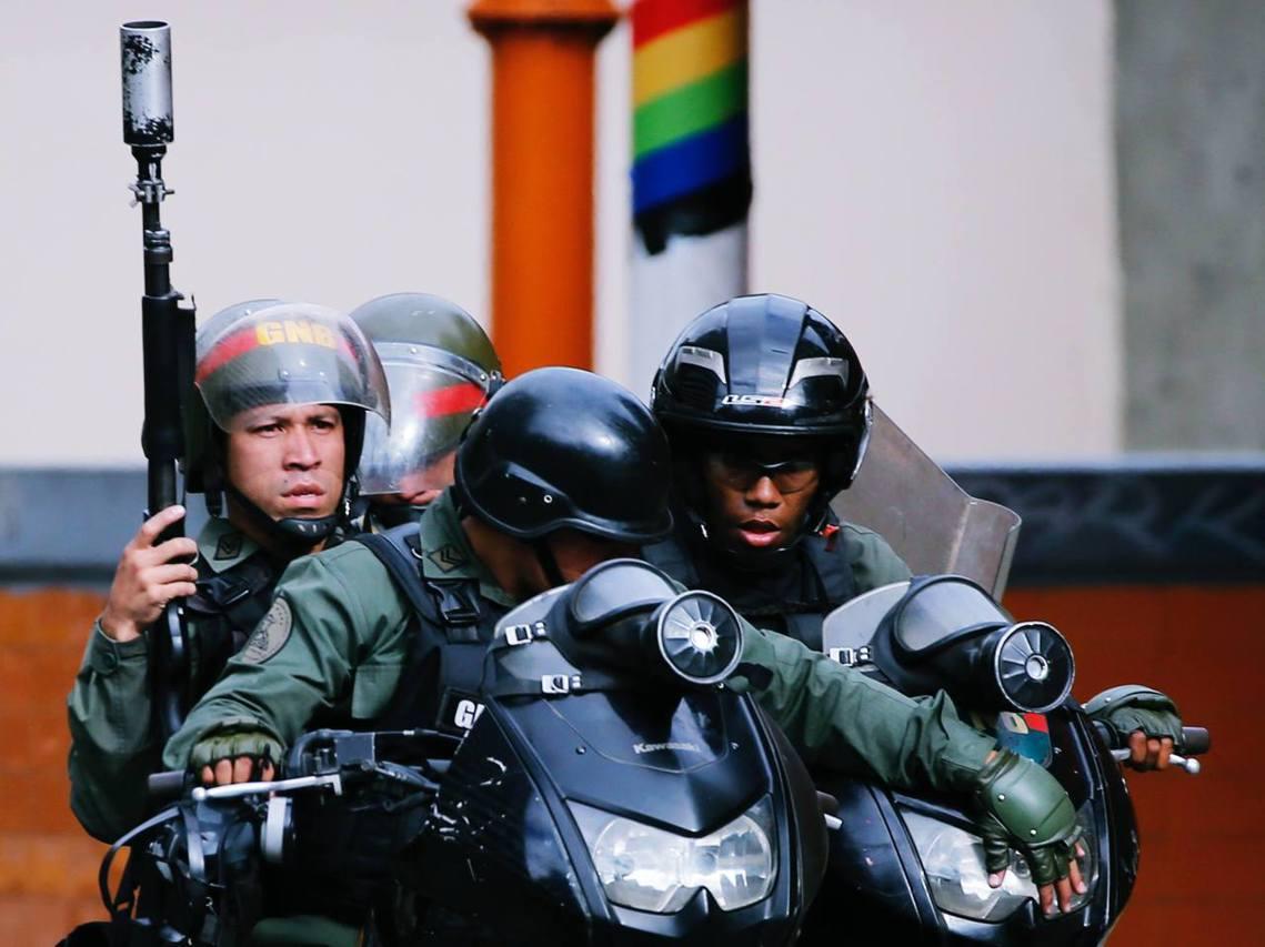 瓜伊多的「臨時政權」急遽地落入對抗下風。委內瑞拉軍方24日召集眾將,公開支持馬杜...