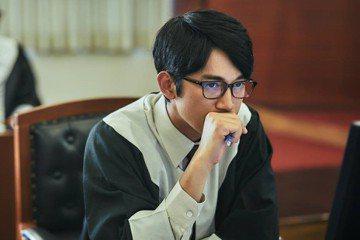 《我們與惡的距離》:台劇律師配戴日本律師徽章?