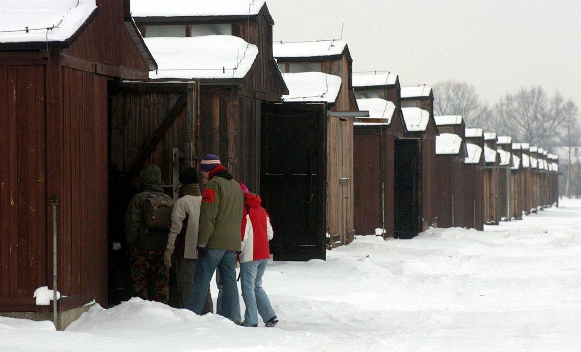 木造營房,讓保存工作變得更艱難。 圖/歐新社