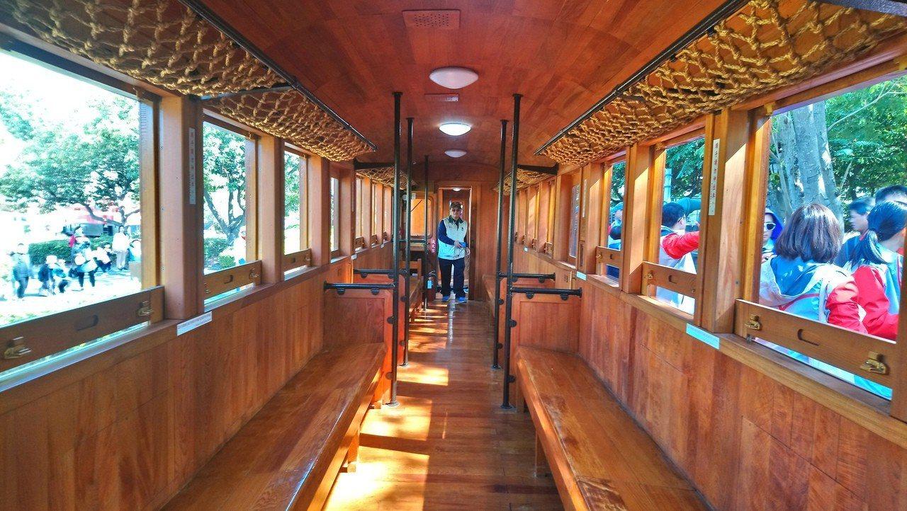 早年日本皇室搭乘的檜木車廂 。記者謝恩得/攝影