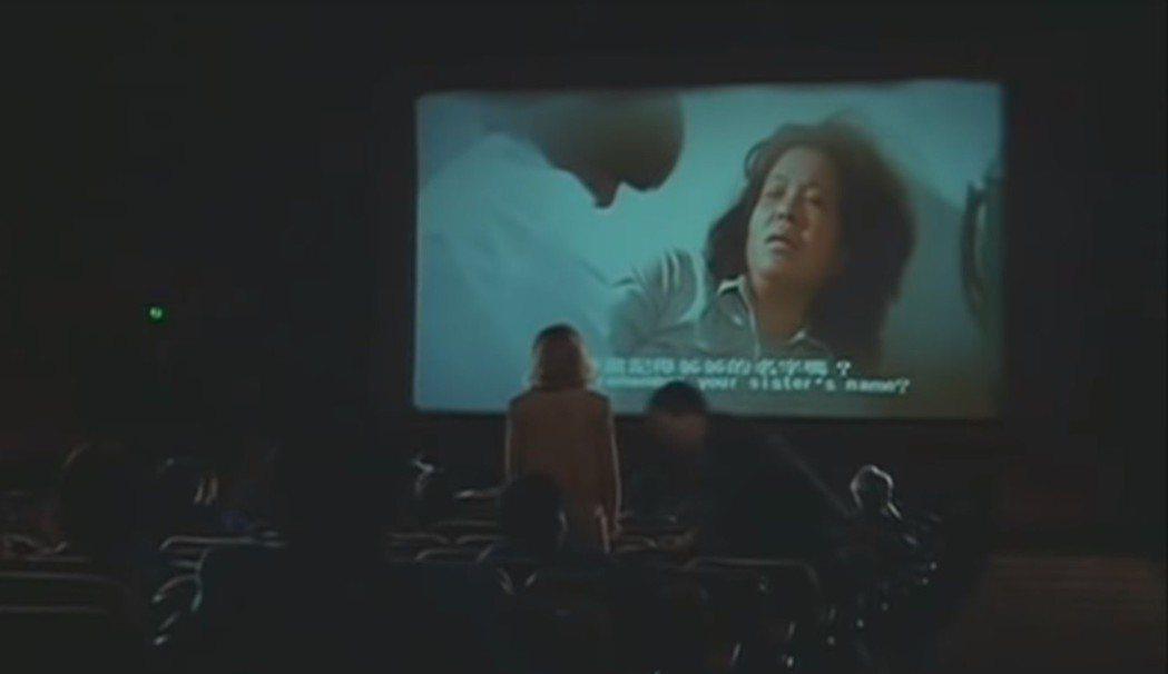 「像淑女像蕩婦」男女主角擋住後排觀眾,銀幕上依然在放映台灣電影。圖/翻攝自You...