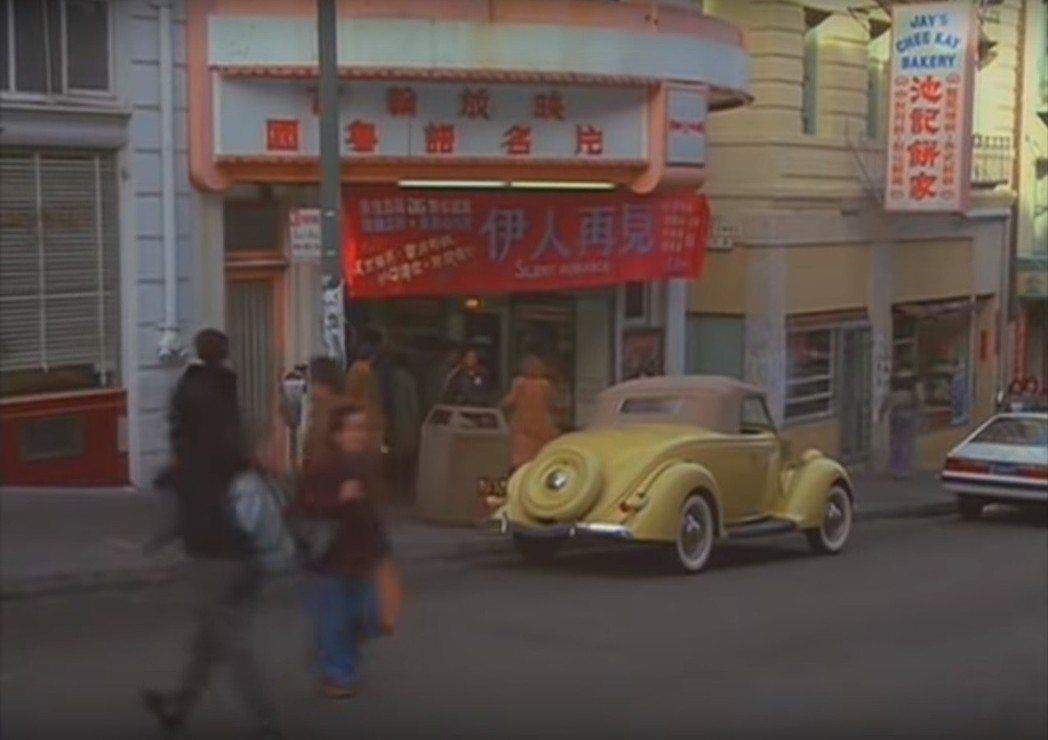 「像淑女像蕩婦」葛倫克蘿絲衝進舊金山華埠的戲院。圖/翻攝自YouTube