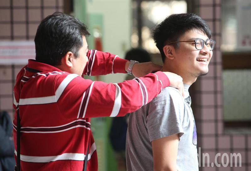 108年學測今天登場,一名陪考家長幫忙按摩肩頸,舒緩兒子的考試壓力。記者余承翰/攝影