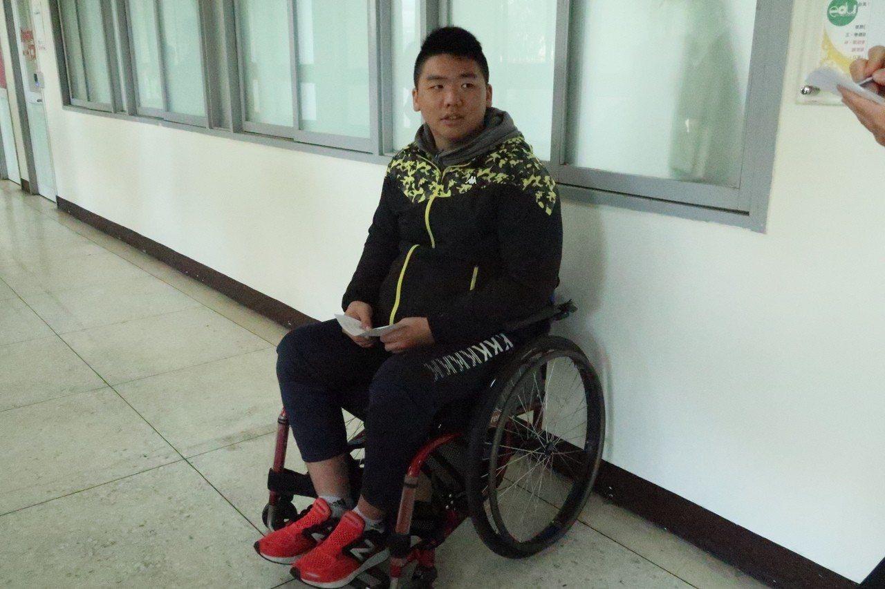 舉重小子林高毅因意外受傷導致下半身癱瘓,人生觀也因此改變。記者徐如宜/攝影