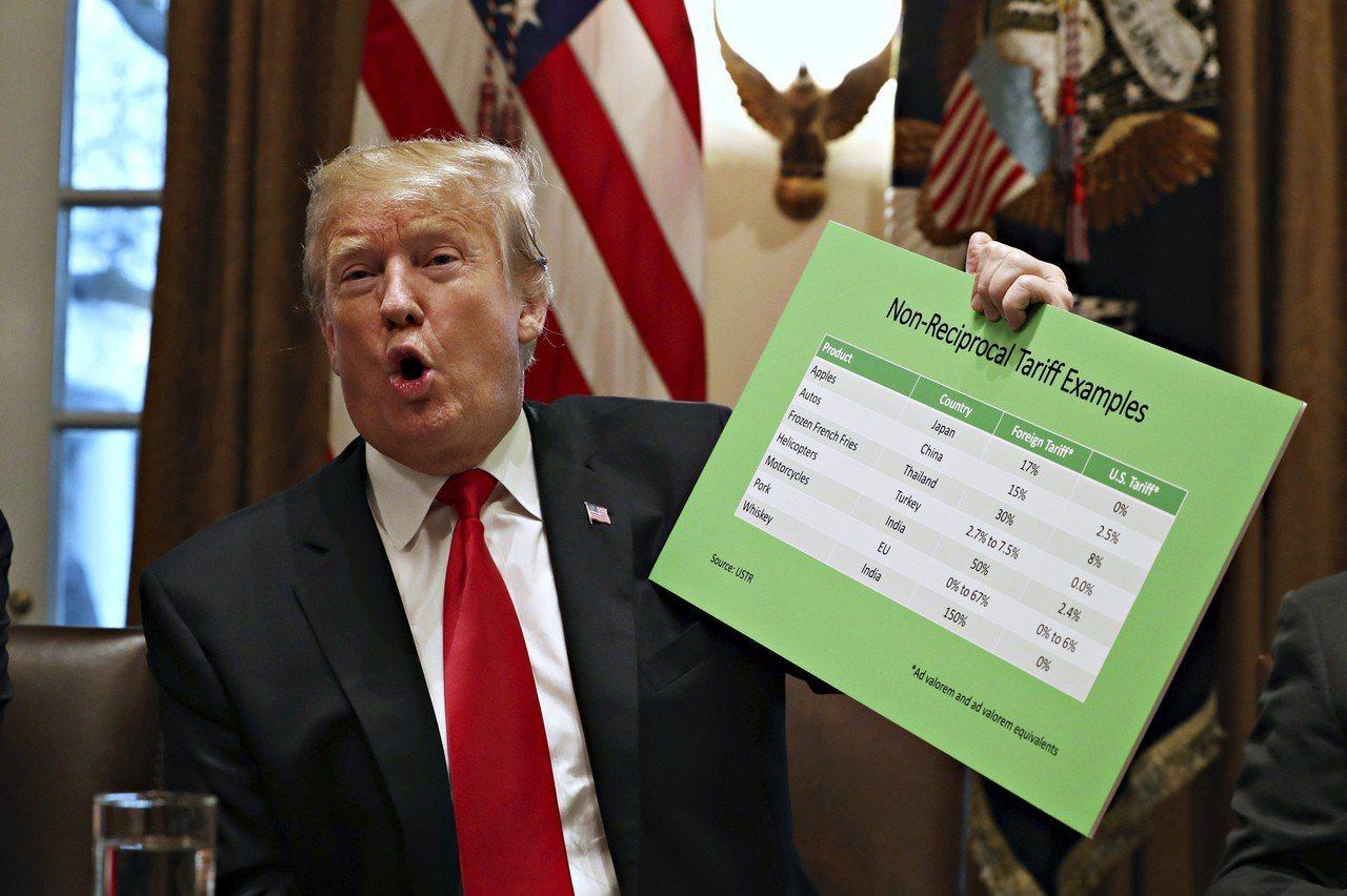 美國總統川普24日在白宮用紙板展示各國不同的關稅。