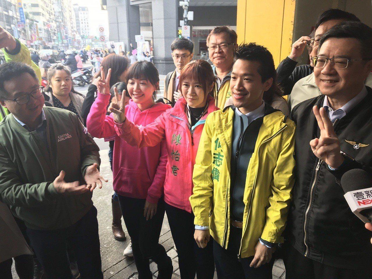 民進黨主席卓榮泰及黨內議員今早與何志偉站路口,向來往民眾拜票。記者莊琇閔/攝影