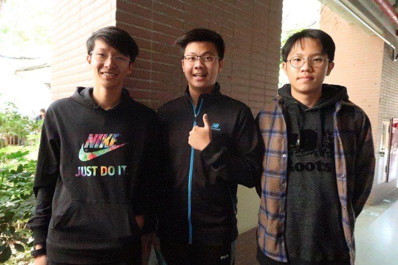 高師大附中考生吳翰、許廷郡與蘇聖中(右至左),覺得民主自由、治安與人情味是台灣最值得驕傲的地方。記者徐如宜/攝影