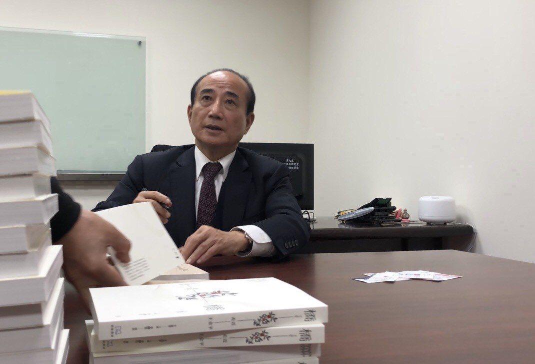 王金平從政40餘年首度出書,「簽書」成了他最近繁忙的工作事項之一。記者張文馨/攝...