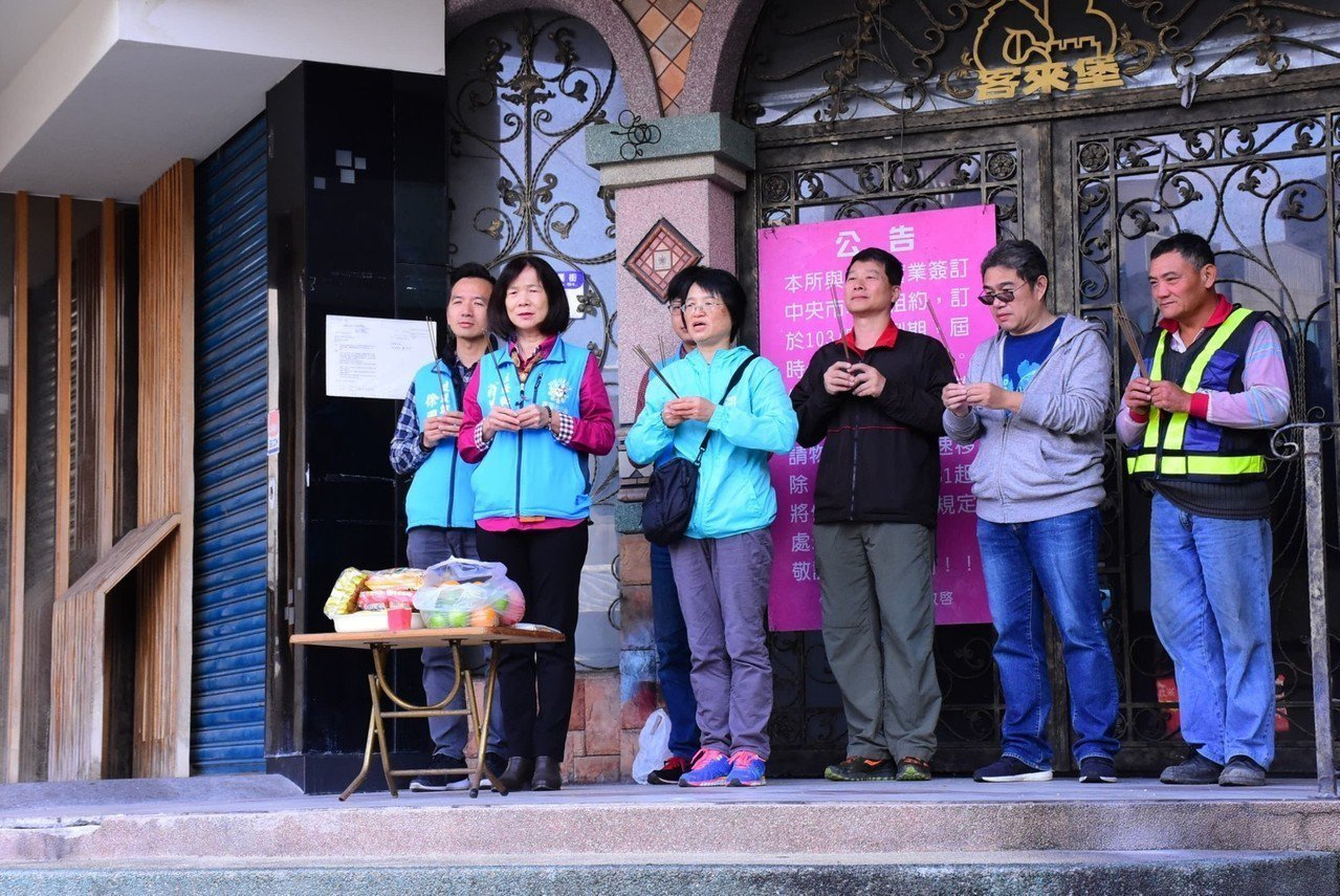 花蓮市公所主任祕書翁美華(左2)偕工程人員焚香祈求一切順利。圖/花蓮市公所提供