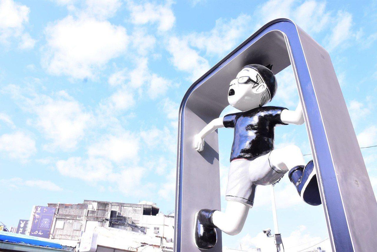 花蓮市第二座當肯裝置藝術在大禹街,以當肯在手機框景內攀爬造型,反映現代人生活。圖...