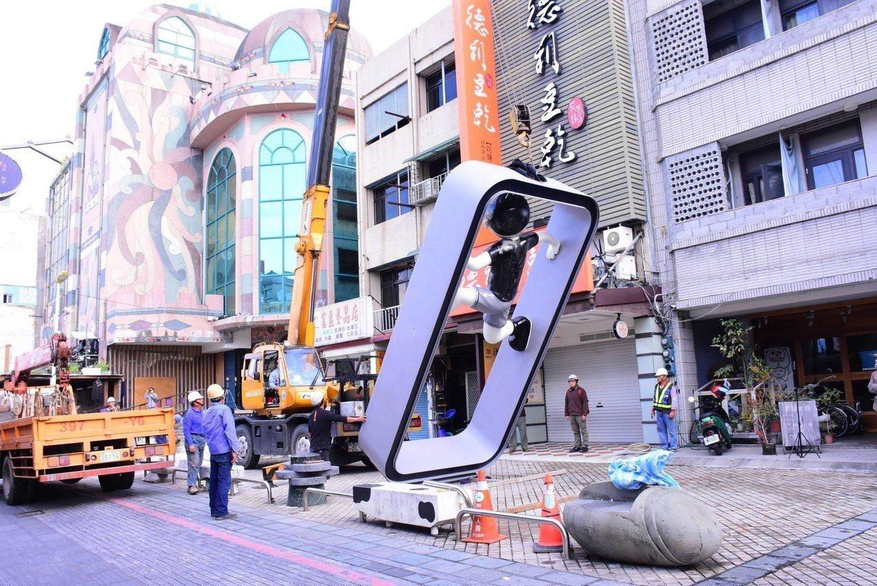 花蓮市第二座當肯裝置藝術,今早在大禹街吊掛裝設完成。圖/花蓮市公所提供