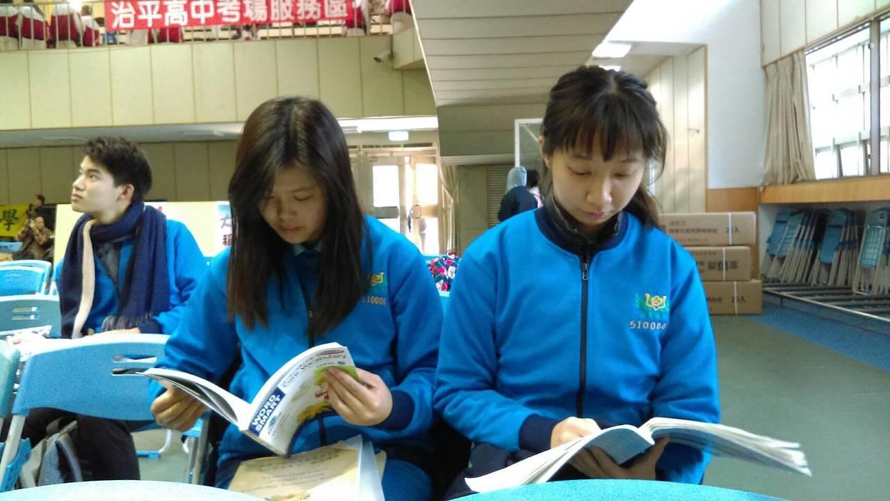 學測第一節考英文科,桃園市大華中學參加學測的學生在休息區把握時間抓重點看筆記。圖...