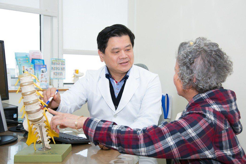 童綜合副院長徐少克看診椎間盤(非個案本人),籲民眾按摩舒壓要小心。圖/童綜合提供