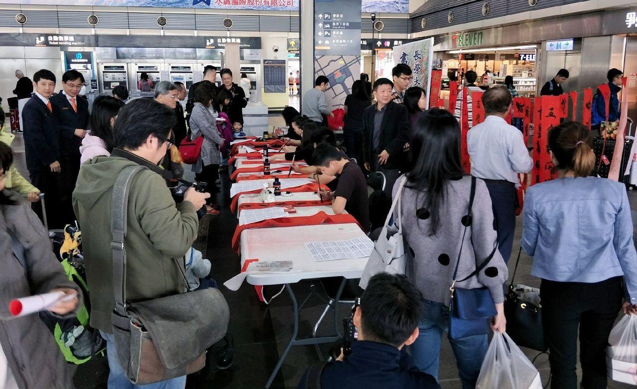 長榮大學大學生揮毫,許多旅客索取。圖/高鐵台南站提供