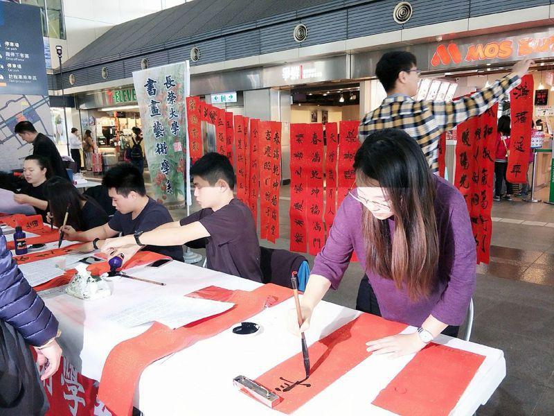 長榮大學大學生揮毫。圖/高鐵台南站提供