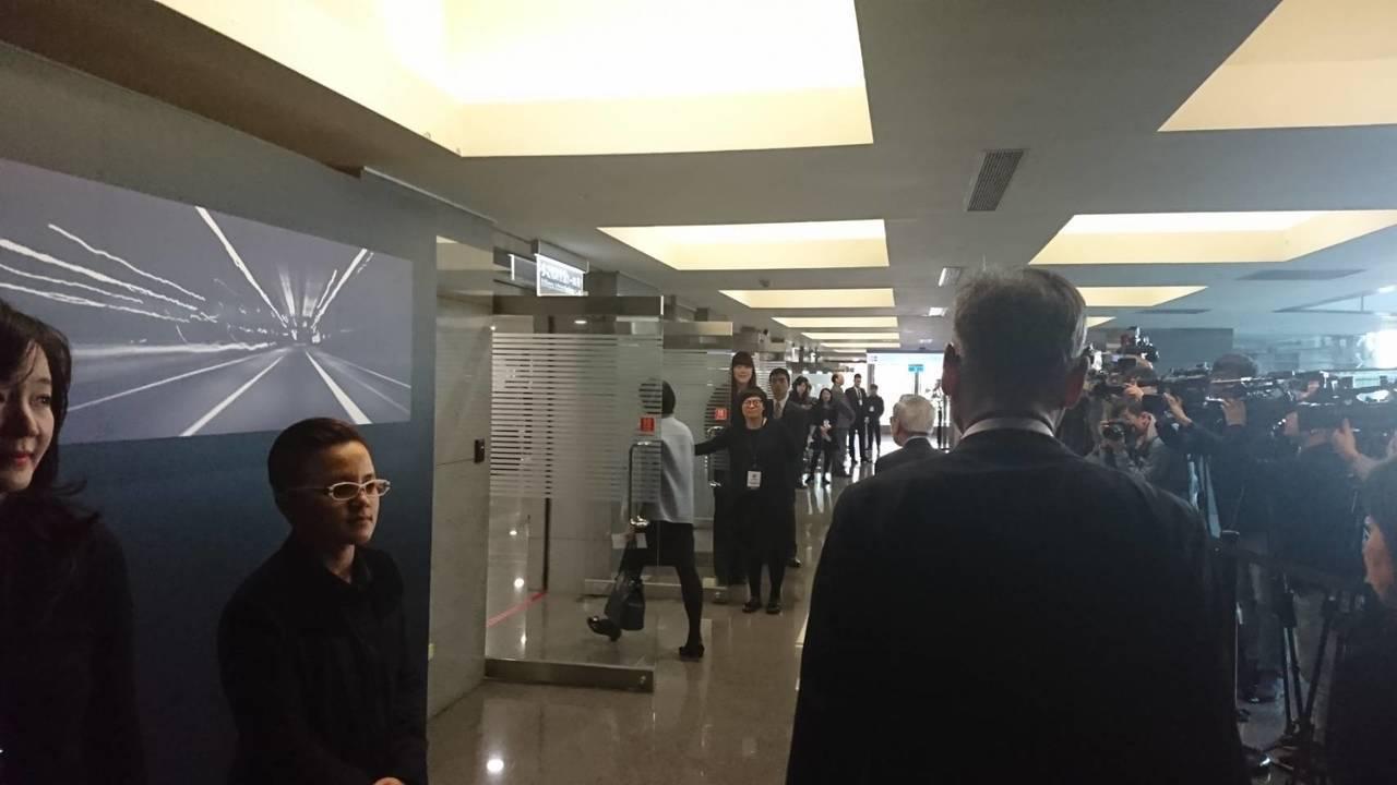 嚴陳莉蓮在高階主管陪同下,13時45分左台進入會場。記者/黃淑惠攝影