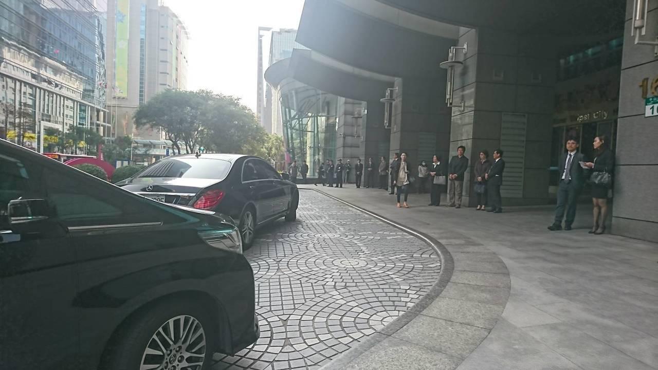 新北市政府門口陸續有車子抵達大樓門口。 記者/黃淑惠攝影