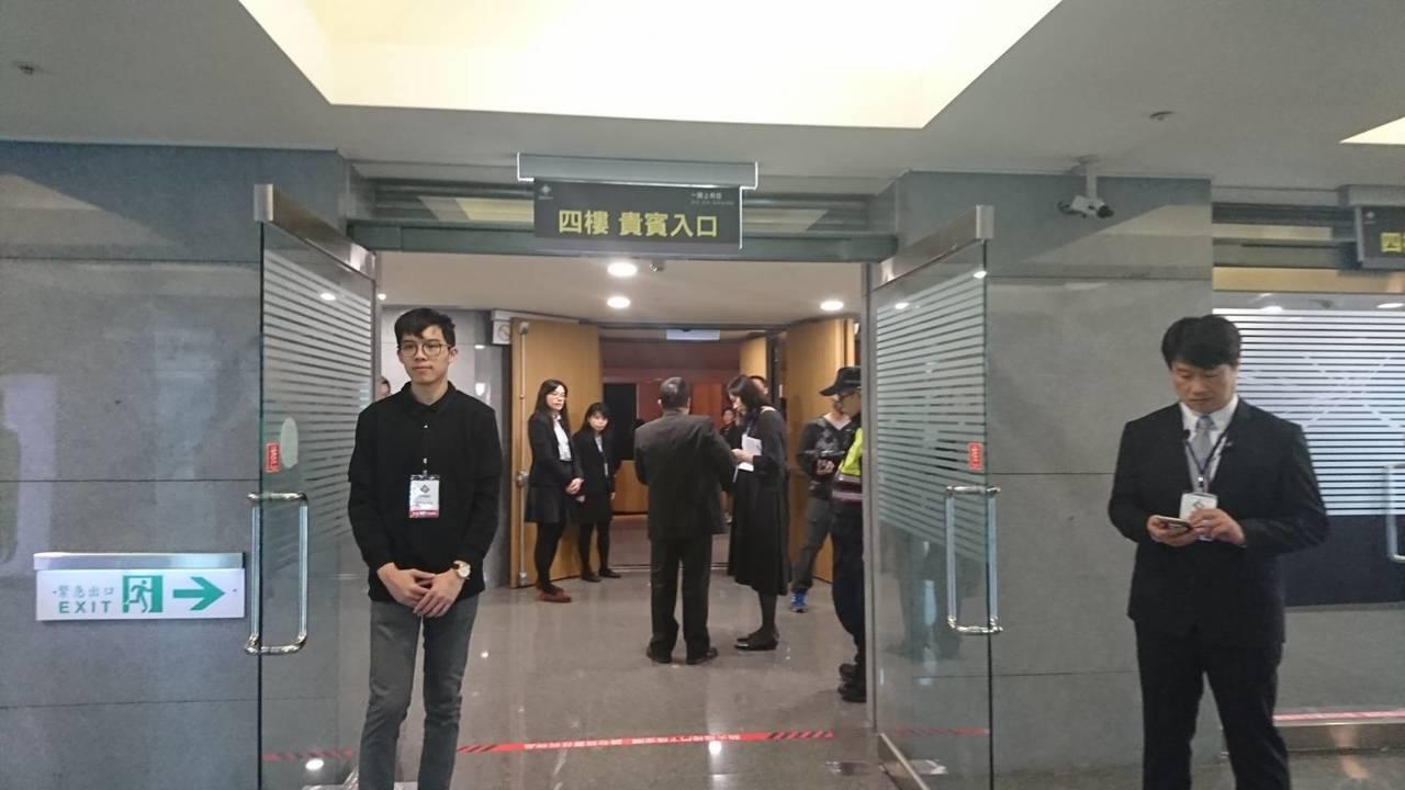 四樓入場區也有許多人守候著貴賓。 記者/黃淑惠攝影
