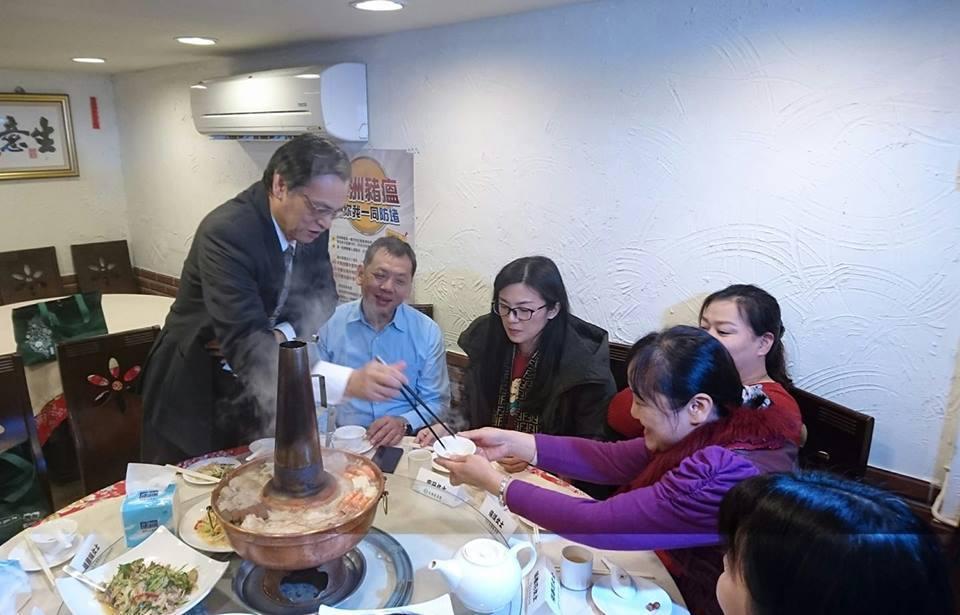 陳明通(左一)今天邀請陸配圍爐提前歡度春節。記者李仲維/攝影