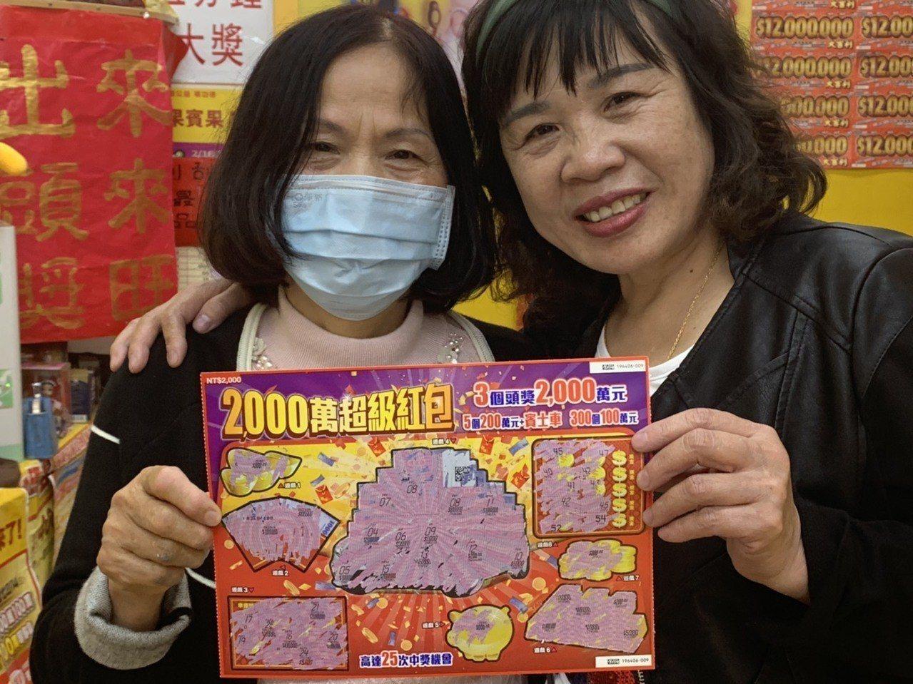 黃姓中獎人(左)和其他客人合作又買一張刮刮樂又刮中10萬元。圖/台彩公司提供