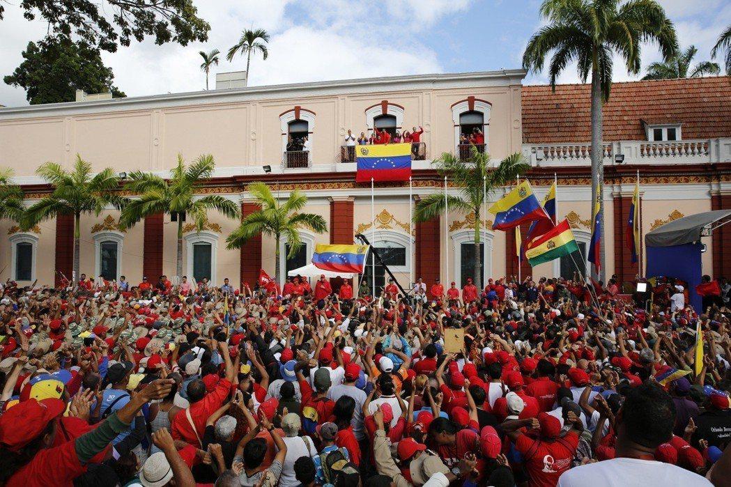 委內瑞拉總統馬杜洛在總統府陽台對支持人談話。  美聯社