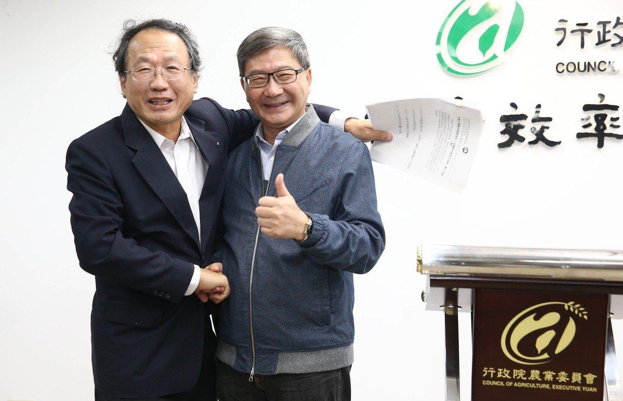 農委會副主委黃金城、環保署副署長沈志修今天「抱抱和解」。記者林俊良/攝影