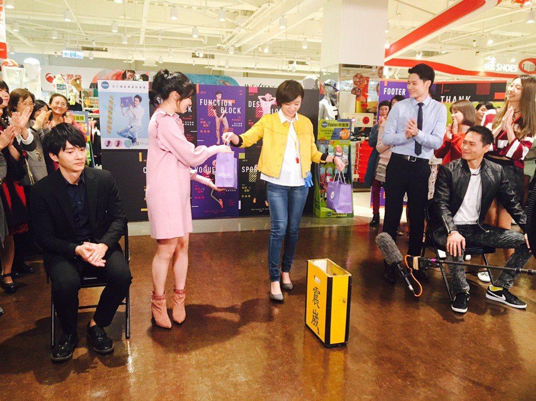 黃鐙輝(右起)客串「大時代」,羅子惟、王瞳、馬韻婷、馬俊麟演出超市宣傳戲份。圖/...