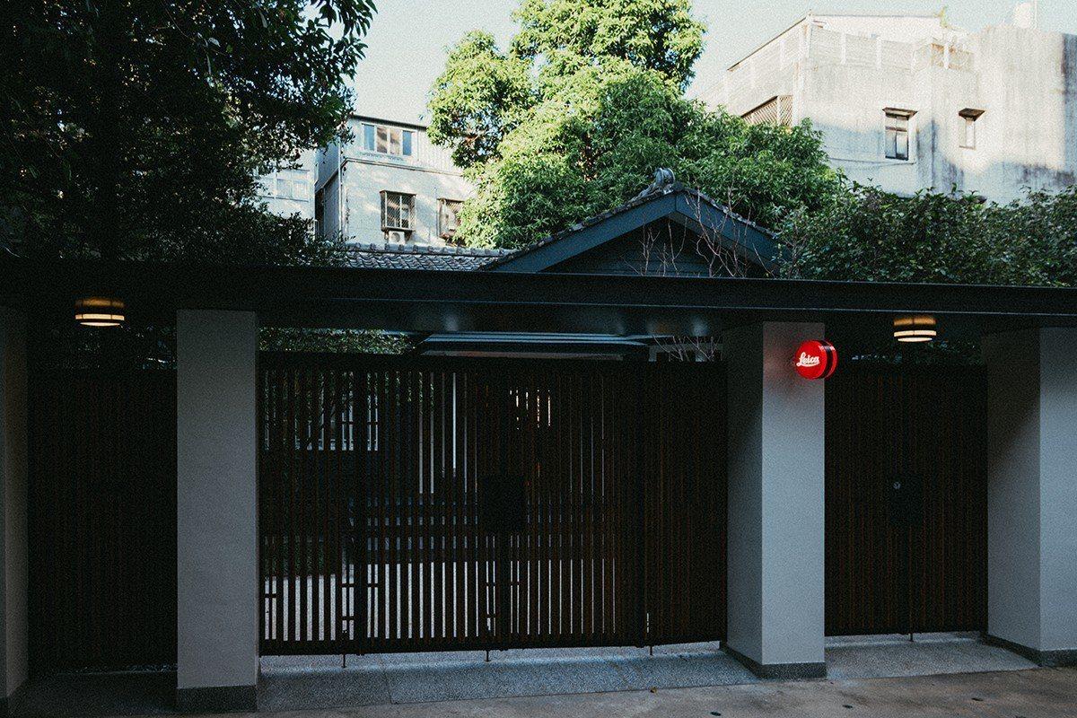 台北徠卡之家正門入口,可見後院百年老欉芒果樹。圖/徠卡提供