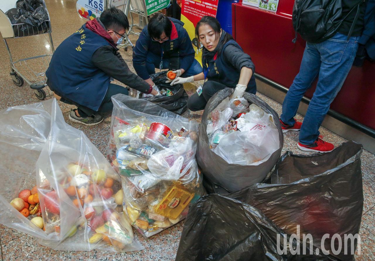 桃機非洲豬瘟防疫升級後,旅客拋棄物的數量暴增,防疫人員忙著進行分類。記者鄭超文/...