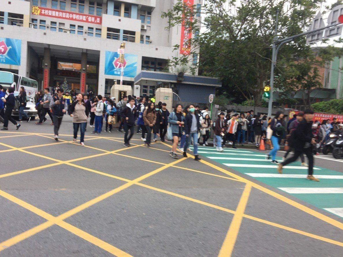 學測第一天落幕,考場之一桃園高中數千名考生傍晚陸續步出校園。記者張裕珍/攝影