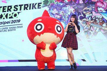 AKB48台妞馬嘉伶25日回台,替台北國際電玩展中的「怪物彈珠」攤位站台,吸引超過300名鐵粉擠爆台前。距離上次回台已經相隔快1年半,馬嘉伶這趟卻沒辦法留在台灣過年,工作結束就要飛回日本,繼續完成日...
