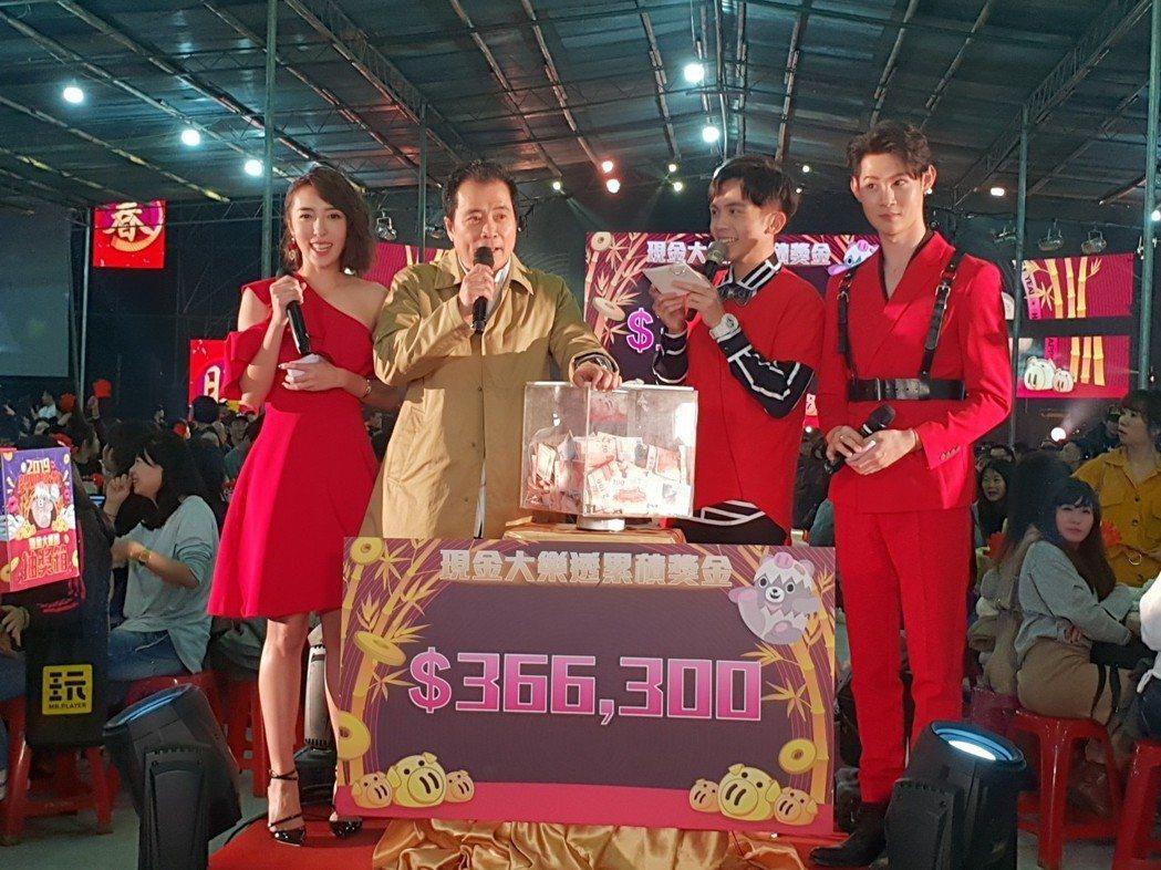 張榮華現場抽出現金獎,員工叫翻。記者李姿瑩/攝影