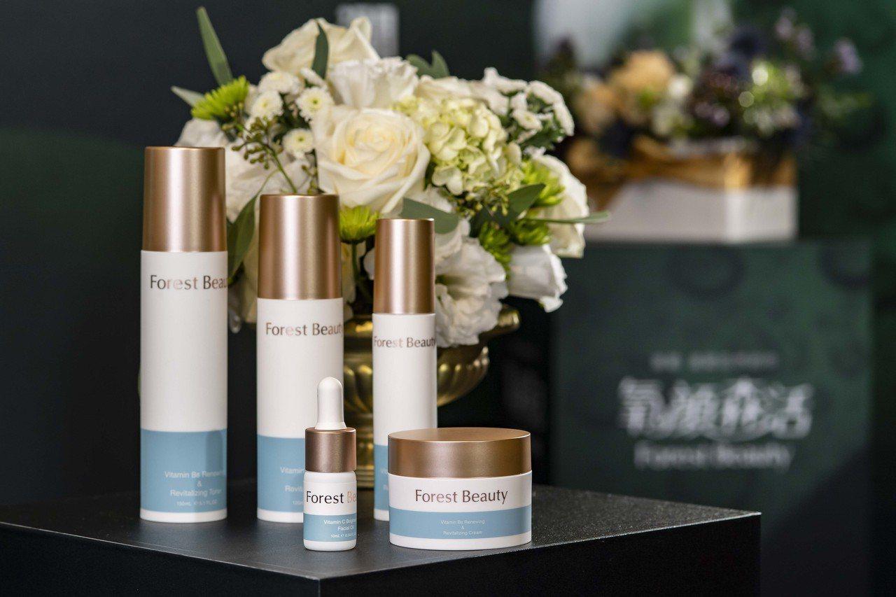 氧顏森活14天新生舒活系列包括化妝水、乳液、精華液及開架首款精萃油+霜的極致修護...