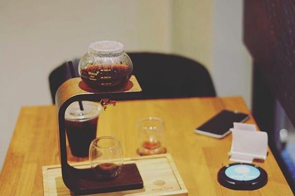 精品咖啡的杯具呈現也很特別,轉動有如水龍頭的開關,咖啡就會流洩注入杯中。圖/摘自...