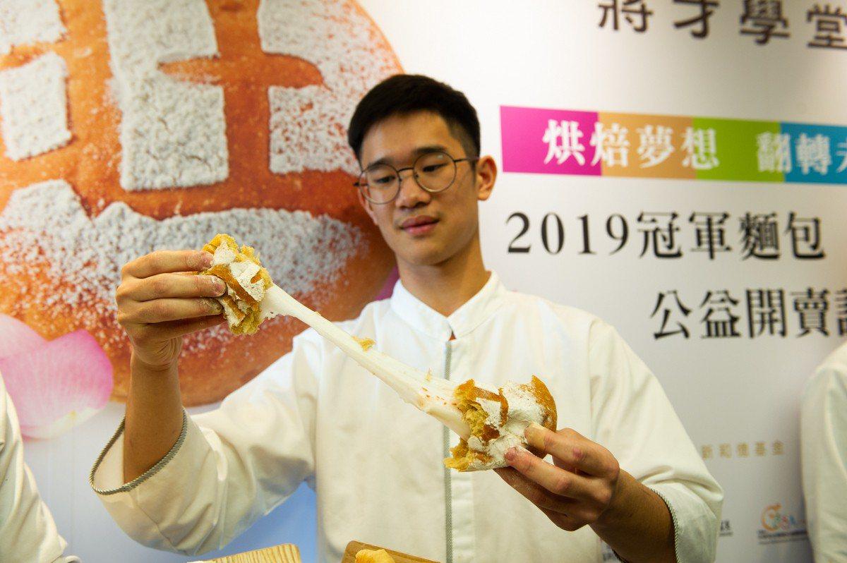「綻放」是內含玫瑰麻糬餡的麵包。圖/頂新和德文教基金會提供