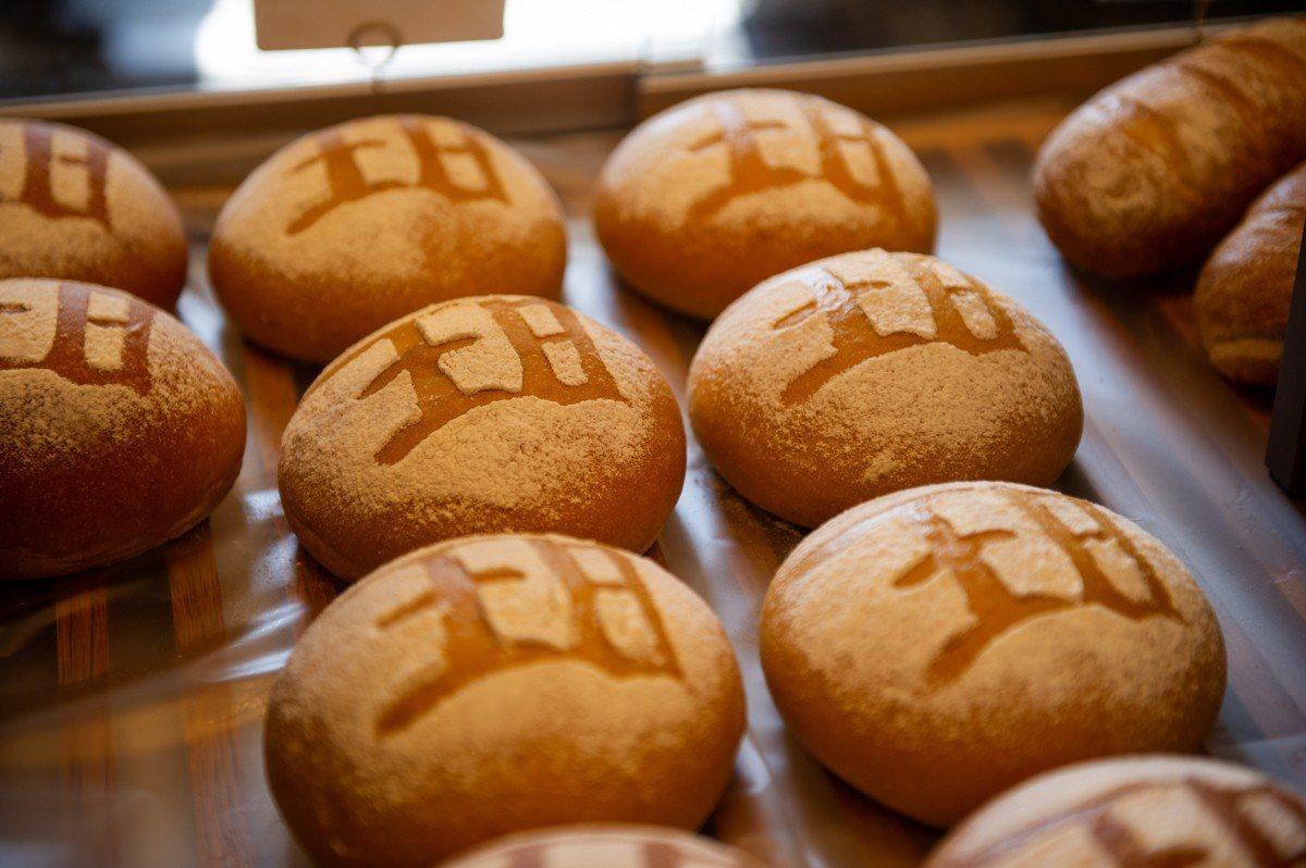 冠軍麵包「綻放」,售價60元。圖/頂新和德文教基金會提供