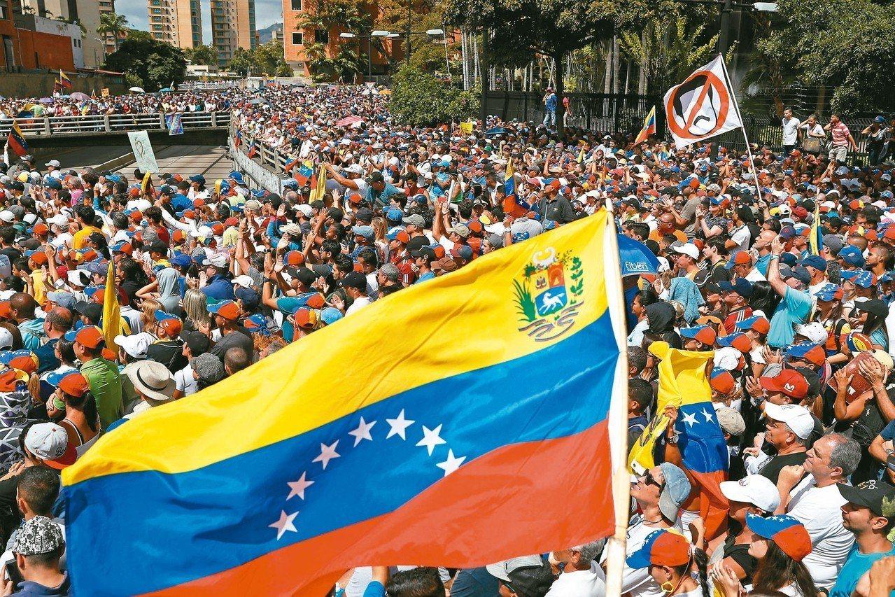 委內瑞拉反政府示威聲勢浩大,讓總統馬杜洛備感壓力。 (路透)