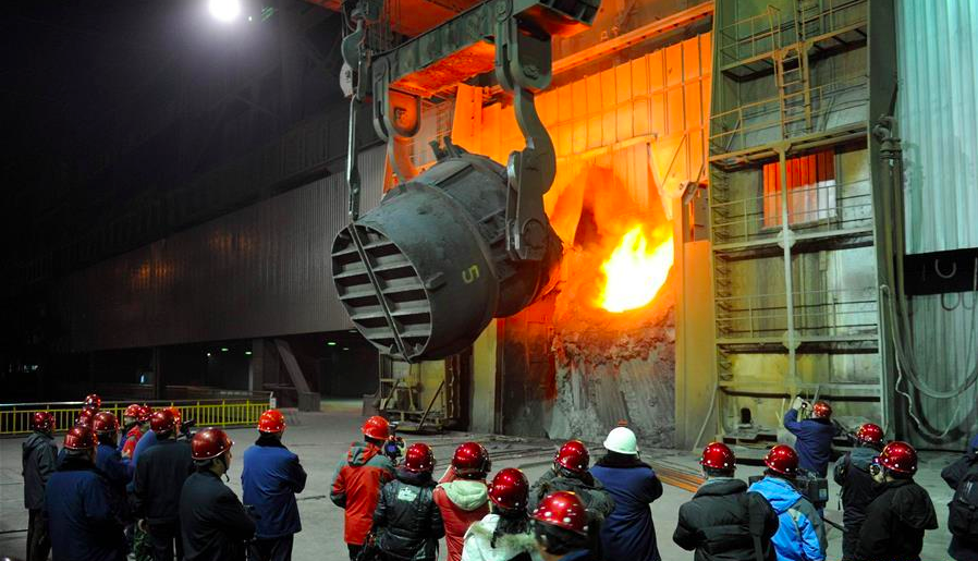 2010年12月19日,首鋼第二煉鋼廠的工人在最後一爐鋼冶煉現場。圖/翻攝自新華...