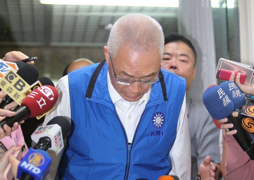 母豬說惹風波,國民黨主席吳敦義出席黨慶活動鞠躬道歉。圖/聯合報系資料照片
