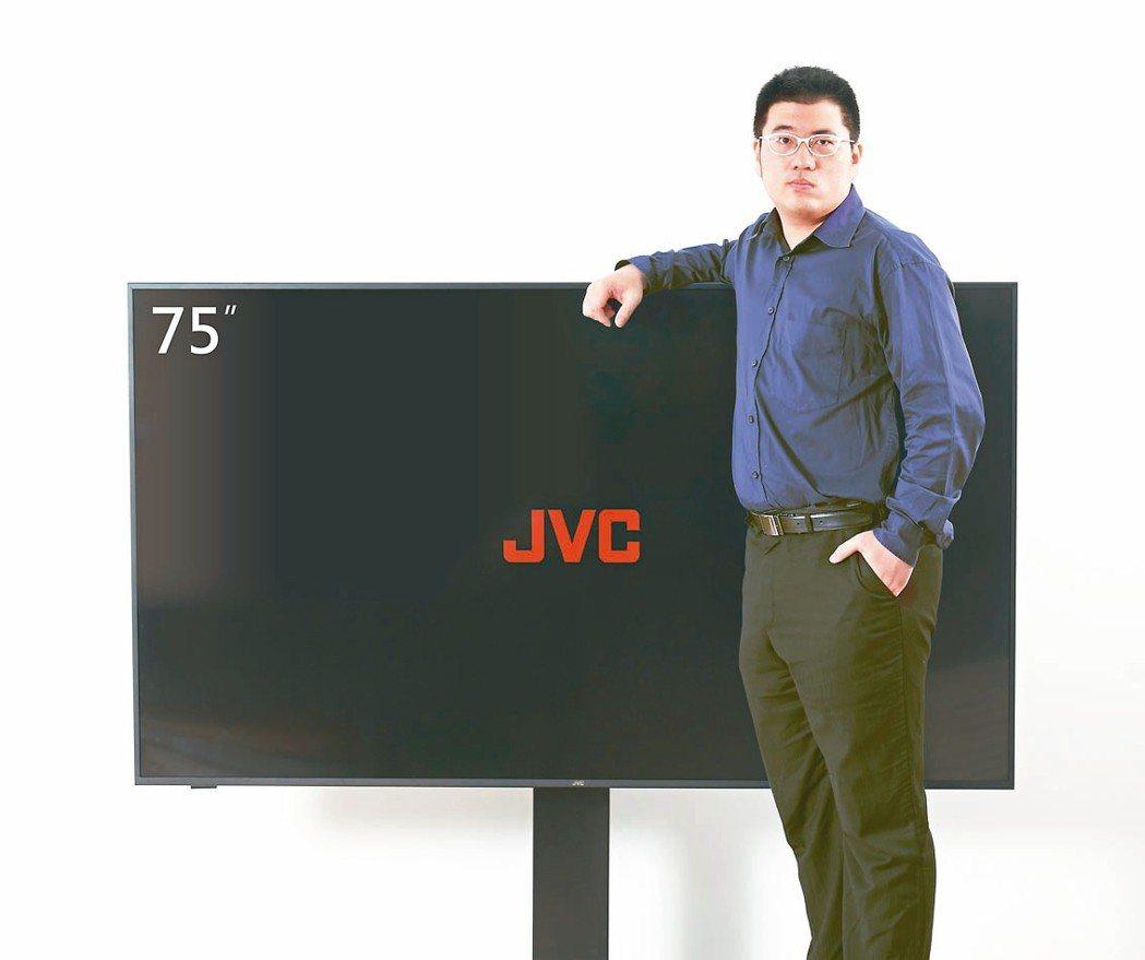 瑞軒旗下瑞旭科技總經理吳旭祐表示, 今年的電視面板報價看來持穩中有向下跌價趨勢,...