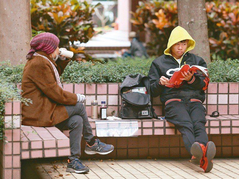 大學學測第二天,冷氣團南下,考生紛紛裹起大衣做最後衝刺。記者曾吉松/攝影