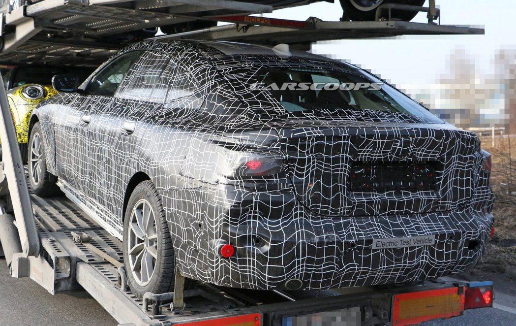 BMW神秘偽裝測試車上的排氣尾管,不曉得是否為用來蒙騙眾人的。 摘自Carscoops