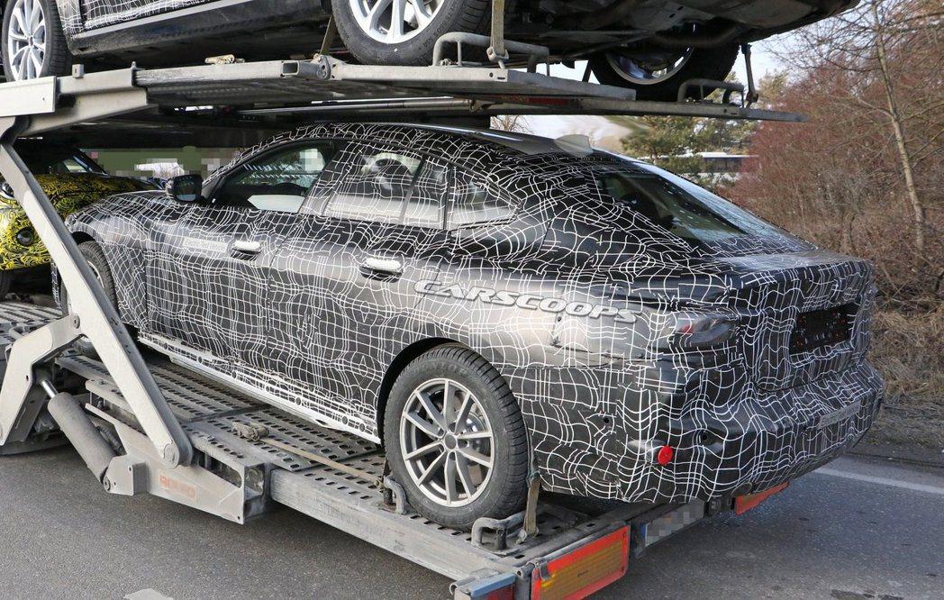 疑似為全新BMW i4的測試偽裝車。 摘自Carscoops
