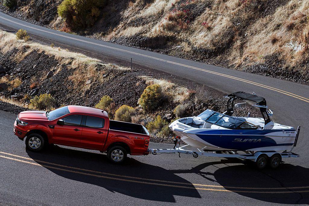 Ford Ranger擁有985kg後斗載重及3,500kg的拖曳能力,欲拖行露...