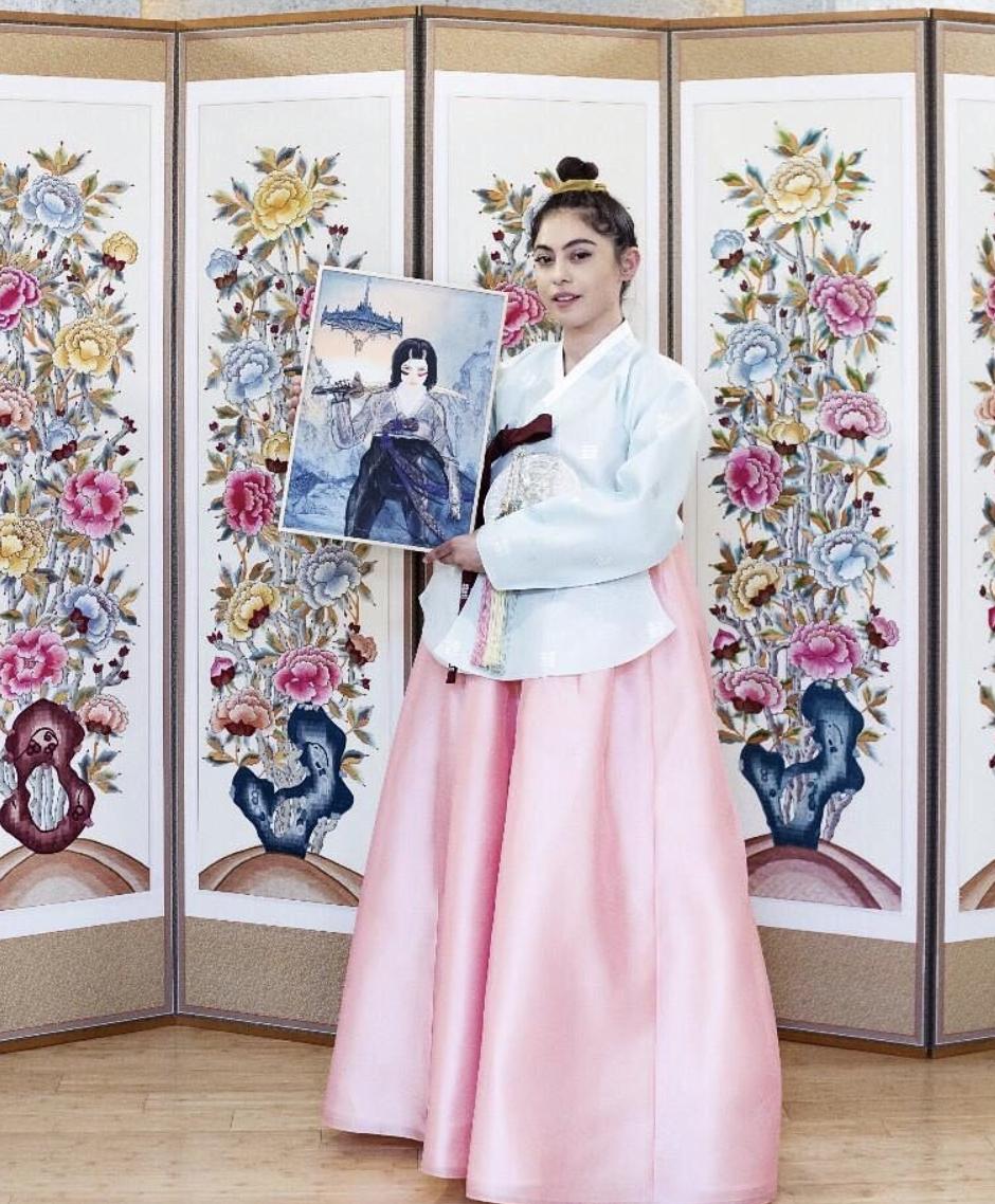 羅莎薩拉查宣傳新片「艾莉塔:戰鬥天使」,赴南韓首爾宣傳時化身韓妹。圖/摘自IG