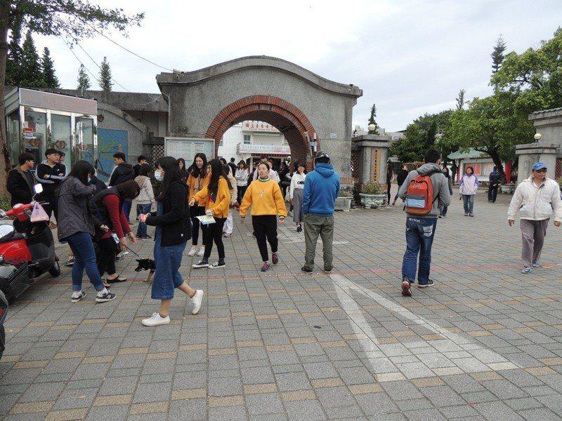 上午11點考完數學,台東考區考生陸續走出考場,多數考生一致表示,數學題目很簡單,沒有想像中的難。記者羅紹平/攝影