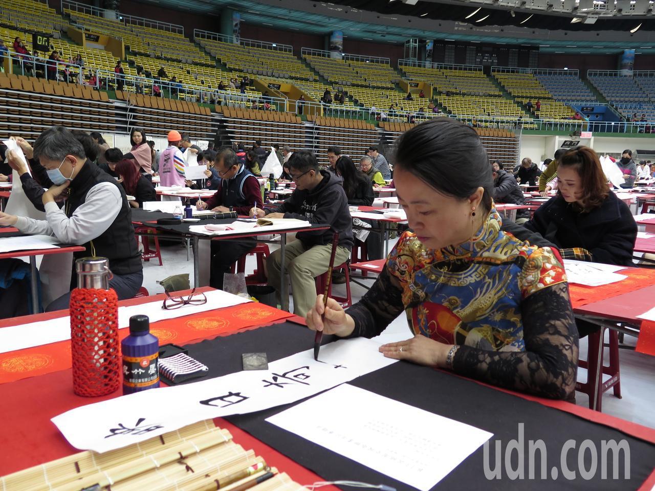 來自中國遼寧省的新住民王曉梅則身穿改良式旗袍,首度參賽。記者張裕珍/攝影